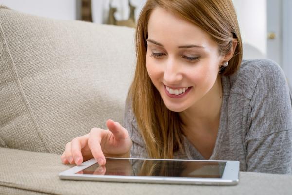 kobieta przed komputerem - wniosek o pożyczkę online