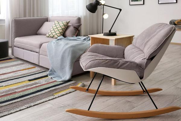 fotel bujany w salonie